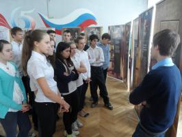 Внимательно слушают посетители выставки Михаила Дошина